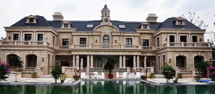 上海庄园整体采用法式建筑风格,全石材立面,超大面宽的法式别墅